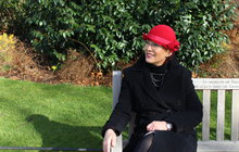 Modistka Hana H. v padesáti změnila svůj život a odešla do zahraničí: Pracovala jako au-pair a teď navrhuje klobouky!