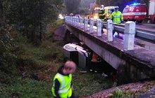 Pršelo, zřítili se z mostu: Uvnitř auta 2 malé děti!