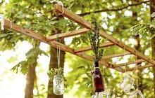 Tohle prostě taky musíte mít: Úžasnou závěsnou dekoraci s lucerničkami a vázami vyrobíte z žebříku!