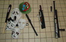 Kdo se skrýval pod maskami klaunů v Mostě?  Děti s mačetami a noži!