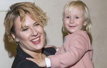 Na výchovu dvouleté dcery zůstala Tereza Černochová (33) sama. Biologický otec před odpovědností utekl, ale to zpěvačku rozhodně nesložilo.