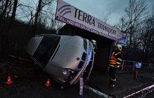 Řidička BMW zničila zastávku s příznačným názvem: Kovošrot na šrot!