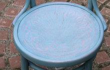 Vylepšete si židle podle Kláry Auerové: Metoda překrývání barev je zábavná!
