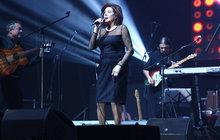 Zraněná Rottrová: Zpívala s ovázanou rukou!