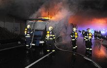 Vážná nehoda v Praze kvůli závadě na pneumatice: Shořel kamion a šest osobáků!