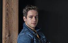 Po té, co zpěvák Milan Peroutka (27) zazářil v show Tvoje tvář má známý hlas, o něj začal být nebývalý zájem. Dostal role v muzikálech Krysař a Iago, v seriálu Ordinace v růžové zahradě, a ještě mu přibyly letní koncerty s jeho kapelou Perutě. A právě s ní nyní chystá novou písničku o svém tátovi, bubeníkovi Olympicu, který před čtyřmi lety navždy odešel do hudebního nebe…