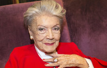 """Má na sebe vztek! Zdenka Procházková (91) alias filmová Lída Baarová čím dál víc lituje, že se ve své poslední knize zmínila o sexu na jevišti se svým hereckým kolegou. """"Nejradši bych si dala facku, že jsem to napsala,"""" řekla deníku Aha! herečka."""