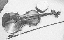 Smůlu měl zloděj, který v červenci 1935 okradl o housle mrtvolu romského muzikanta Jána L. v Bratislavě. Hudební nástroj se totiž omylem pokusil prodat synovi mrtvého.