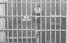 Jediný den pobyl na svobodě v lednu 1971 propuštěný trestanec Michal K. Z. (28). Slavil volnost tak mohutně, že skončil s obviněním z vraždy muže (†48) na krku. Toho shodil z třetího patra panelového domu ve východoslovenských Košicích.