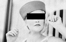 Hrůzný pohled čekal policejní detektivy, kteří na konci srpna 1935 vtrhli do holešovického bytu podplukovníka letectva Viktora P. V ložnici našli zastřelenou podplukovníkovu ženu Annu (†38). Mrtvý důstojník (†52) visel oběšený na klice dveří.