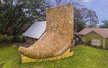 Stavař Dan Phillips z Texasu už od 90. let buduje netradiční domy z recyklovaných materiálů. A ten poslední opravdu stojí za to, vypadá totiž jako kovbojská bota!