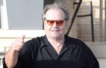 Říká se, že svůj ďábelský úsměv, upřený pohled a povytažené obočí by si měl dát patentovat. On sám celé dětství svůj úsměv nesnášel, ale ženy po celém světě při něm padaly do kolen. A to platí i dnes, kdy americký herec Jack Nicholson slaví už 80. narozeniny!