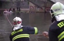 Přežila sebevražedný skok: Zachránili ji hasiči a vrtulník!