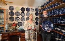 Manželé Daniela (49) a Martin (57) Kosovi mají vPraze dílnu na výrobu porcelánu. Jsou vČeské republice jedni ze čtyř výrobců, kteří dělají porcelán výhradně ručně. Jejich umělecká práce je pro ně stylem života. Jejich typickým výrobkem je takzvaný modrobílý porcelán, který je opravdu zvláštní, a to nejen proto, že každý kus je originál. I když začátky byly těžké adnes by některé věci možná udělali jinak, neměnili by.
