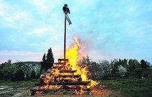 Na magickou noc spojenou se zapalováním vater se těší malí i velcí. Zato hasiči z ní mnohdy nejsou vůbec nadšení. Řada lidí totiž pálení nenahlásí a zbytečný poplach je na světě. Přitom jinde může hořet doopravdy.