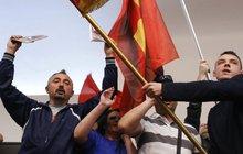 Více než sto lidí bylo zraněno při čtvrtečních večerních střetech před makedonským Parlamentem a uvnitř budovy, do níž vtrhli rozlícení stoupenci expremiéra Nikoly Gruevského.