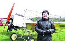 Let střemhlav dolů, otočky a další akrobatické prvky předvedli včera špičkoví piloti na leteckém dnu v Plasech u Plzně. Nechyběla ani nejstarší aktivní pilotka Česka Radka Máchová (68).