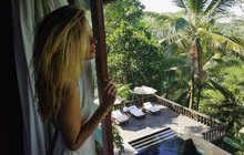 Panenská čistota. Tak tou se nechala unášet Petra Němcová (37), která si vyrazila dobít baterky na Bali. Neubytovala se v klasickém hotelovém komplexu, v tak krásné zemi to ani nejde. Uložila se do apartmánu, který byl přímo v srdci přírody.