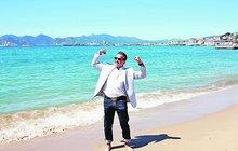 Hollywoodský svalovec Arnold Schwarzenegger (69) zaťal své věhlasné bicepsy na pláži v Cannes!