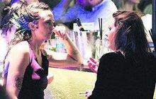 Po dlouhé době se ve společnosti objevila Aneta Langerová (30). A nebyla úplně sama! Na párty po předávání hudebních Cen Anděl ji fotoreportéři zastihli v družném rozhovoru s extravagantní dívkou s ptačím pérem za uchem.