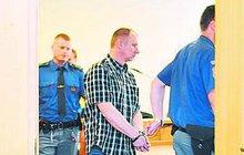 Americký sen žil pětadvacet let Přemysl Dlugi (54) z Rychvaldu. V devadesátých letech odjel do USA a s rodinou si jen psal. Loni se tam při vyřizování dokladů na konzulátu dozvěděl, že je hledaným zločincem. Nechal se proto vydat do Česka, kde okamžitě skončil ve vězení.