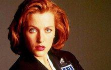 Spíš než sexbombou bývala vždy slušňačkou, víc než tělem oslňovala bystrou hlavičkou. Jenže herečka Gillian Anderson (48) alias agentka Scullyová z kultovního seriálu Akta X zraje jako víno, a tak se na »stará kolena« vtěluje do role svůdné dámy, jejíž obdivuhodná postava může budit ze sna i o generaci mladší chlapíky.