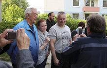 Před 23 lety dostal u soudu doživotí za dvojnásobnou nájemnou vraždu a pokus o třetí, v pondělí pak prezidentskou milost. Jen co vyšel z kriminálu, se Jiří Kajínek (56), který nyní žije v Brně, stal celebritou.