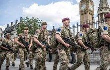 Britská policie má po bombovém útoku v Manchesteru spoustu práce s rozkrýváním teroristické sítě a ochranou před možnými dalšími útoky. Musela proto přistoupit k nevídanému kroku: povolat posily z armády.