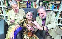 Básně psala už jako mladá, ale žádné se nedochovaly. Když před dvěma lety přišla paní Josefa Tibitanzlová (96) do Rezidence RoSa, znovu v ní objevili skrytý talent. A tak loni, v 95 letech, vydala svou první sbírku básní. A letos, před pár dny, už druhou! Bezpochyby se stala naší nejstarší debutující básnířkou. Avšak její životní příběh je ještě zajímavější. Osud, který se jí do puntíku vyplnil, jí totiž v mládí předpověděla kartářka…
