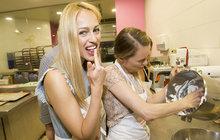 Dvě blondýny se sešly v přípravně jedné pražské cukrárny. Hlavní roli hrála Linda Rybová (41), která potvrdila, že se jako máma tří dětí umí s mixéry a vařečkami pěkně ohánět. Garde jí dělala modelka Renata Langmannová (30).