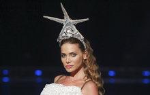 Vzrušení v publiku! Tak to určitě rozpoutala Andrea Verešová (36), která se objevila na přehlídkovém mole oblečená jen do průhledných síťovaných šatů. Její dvorní návrhářka Natali Ruden (47) modelku vystrojila jako královnu moří.