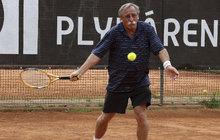 Přehrál všechny soupeře! Na tenisový turnaj Kalich Cup nastoupil Pavel Zedníček (67) jako lazar. Kulhal a zpočátku to vůbec nevypadalo, že by mohl nastoupit na kurt. Do parády si jeho bolavé lýtko musel vzít i masér.