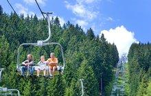 Na vrchol šumavského Špičáku vede lanovka ze sportovního areálu u Železné Rudy, kde je každý den otevřena i půjčovna kol i bufet sobčerstvením.