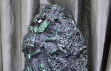 Jistý brazilský horník vykopal v dole u města Carnaíba velikánský valoun plný obřích smaragdů, jejichž celková hodnota přesahuje 7 miliard korun. Jenže místo aby jásal, že má do konce života vystaráno, žije v neustálém strachu a skrývá se.