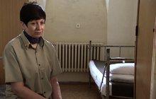 Jaké to je spadnout ze světa luxusu na nejtěžší oddělení se zvýšenou ostrahou? To poznala pětapadesátiletá Zuzana, která si za mřížemi odpykává 18 let za mediálně známou majetkovou trestnou činnost a podvody.