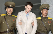 """""""Byl v klidu. Byl doma a my věříme, že to cítil,"""" tak reagovala rodina amerického studenta Otto Warmbiera (†22), kterého minulý týden po 17 měsících zadržování propustila z """"humanitárních důvodů"""" Severní Korea. Jen ho domů poslali s těžce poškozeným mozkem a v kómatu. Po šesti dnech doma, resp. v nemocnici v Ohiu, Otto skonal..."""