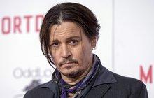 Ač vydělává miliardy, dostává se do kritických finančních potíží. Johnny Depp (54) totiž nezvládá své finanční výdaje (měsíčně prý utrácí až 50 milionů korun), po rozvodu musel skoro 170 miliony odškodnit svou exmanželku Amber Heard (31) a ke všemu se s bývalými manažery soudí o dalších 600 milionů korun.