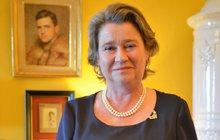 """Tak nám zabili Ferdinanda! Tuto větu zná vČesku snad úplně každý. 28. června je to přesně 103 let, co byl v Sarajevu zastřelen následník rakouského trůnu, arcivévoda František Ferdinand d´Este (†50) schotí Žofií (†46). Nejen o této tragické události, která byla jednou z příčin první světové války, vypráví exkluzivně vAha! pro ženy princezna Anita vonHohenberg (58), pravnučka arcivévody. """"Švejka mám ráda, kdo by ho neznal. I když je mi přednější natočený v německém jazyce, protože česky umím jen »dobrý den« a »pivo«,"""" říká na úvod súsměvem."""