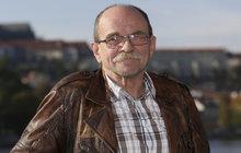 K parnému létu patří zmrzlina! Jaroslav Uhlíř (71) se vrátil do školních let a procházku rozpálenými ulicemi Prahy si zpříjemnil svou oblíbenou mraženou pochoutkou z dětství.