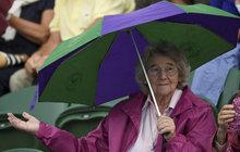Užívejte si tepla a připravte si deštníky a bundy. Na víkend se prudce ochladí a čeká nás i déšť. Zatímco dnes a zítra bude rtuť teploměru atakovat třicítku, v sobotu se budou teploty pohybovat jen okolo 20 °C. Ale nezoufejte...