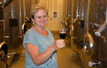 Je jedinou ženou vpředsednictvu Svazu vinařů ČR. Přitom je Liana Hrabálková (52) přesvědčená o tom, že nejvíce práce v tomto oboru odvádí právě něžné pohlaví. Knápoji bohů má vztah samozřejmě veskrze kladný a tvrdí, že než nezdravé colové nápoje, raději by dětem naordinovala vodou ředěné víno. Do vinohradu si chodí odpočinout a pro dámy chystá další ročník mezinárodní degustace.