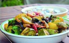 Řecká kuchyně je plná šťavnaté zeleniny. Řekové používají zejména lilky, cukety a rajčata. Tato zelenina také tvoří základ tohoto lahodného pokrmu, který můžete podávat s bramborem či chlebem.