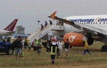 Cesta na vysněnou dovolenou se změnila v děsivé okamžiky. Letadlo z Brna, v němž cestovalo 178 cestujících a šest členů posádky, mělo v bulharském Burgasu nehodu. Po tvrdém přistání téměř dva kilometry jelo mimo přistávací dráhu.