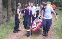 Devatenáct hasičů a policistů hledalo v brdských lesích zraněného cyklistu (65).