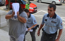 Za vraty věznice se opět ocitl Dušan Č. (51), bývalý člen kapely Věry Bílé. Na Chebsku zotročoval zaměstnance a některé nutil k sexuálním praktikám.