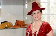 V našich krajích sáhne žena po klobouku jen výjimečně. Magdaléna Kopotová (40) je nosí téměř denně. Originální pokrývky hlavy sama vytváří a některé nevšední kousky sbírá. Elegantní doktorka práv u výroby klobouků relaxuje. První klobouk zhotovila v kurzu pro modistky v roce 2012. Od té doby jich vyrobila víc než stovku. Většinu z nich právě teď vystavuje na zámku v Roztokách u Prahy.