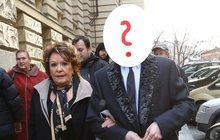 Chodila s ním často i mezi lidi. Málokdo ale věděl, že jde o osobního bankéře Radka Pokludu (45), na kterého nedávno prasklo, že Jiřině Bohdalové (86) a dalším VIP osobnostem prodal falešné obrazy. Teď po něm jde policie!