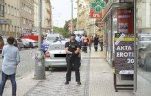 Lupič (31) přepadnul prodejnu zbraní v centru Prahy a bodl prodavače (43) do krku. Vzápětí byl postřelen zřejmě majitelkou obchodu, která se snažila zachránit kolegu. Drama se odehrálo v Opletalově ulici pouhých 50 metrů od Václavského náměstí.