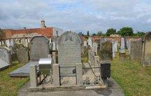 Osm dobrovolníků z celého světa v Holešově na Kroměřížsku upravuje židovský hřbitov. Kromě práce poznávají okolí a baví se. Dvě Číňanky (21) a Korejec (24) byli u vytržení z opekání špekáčků.