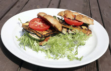 Grilování – to nemusí být nutně jen maso. Šéfkuchař Aha! pro ženy Michal Řezáč vyzkoušel jeden vegetariánský recept. Burger stofu a grilovanou zeleninou určitě zachutná nejen vyznavačům bezmasé stravy, ale zaujme celou rodinu.